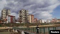 Foto nga arkivi / Urë në mes të Mitrovicës së veriut dhe jugut
