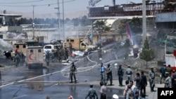 Pamje pas një eksplodimi të mëparshëm në Kabul të Afganistanit