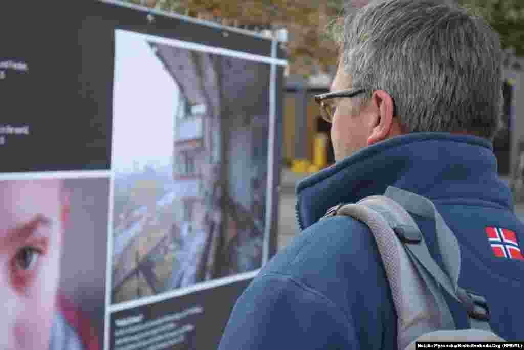 Даніель Йорґ, водій автобуса: «Це у вас таке насправді відбувається – знищені будинки, понівечена земля, життя в підвалах? І в таких умовах живуть діти? Яке жахіття!»