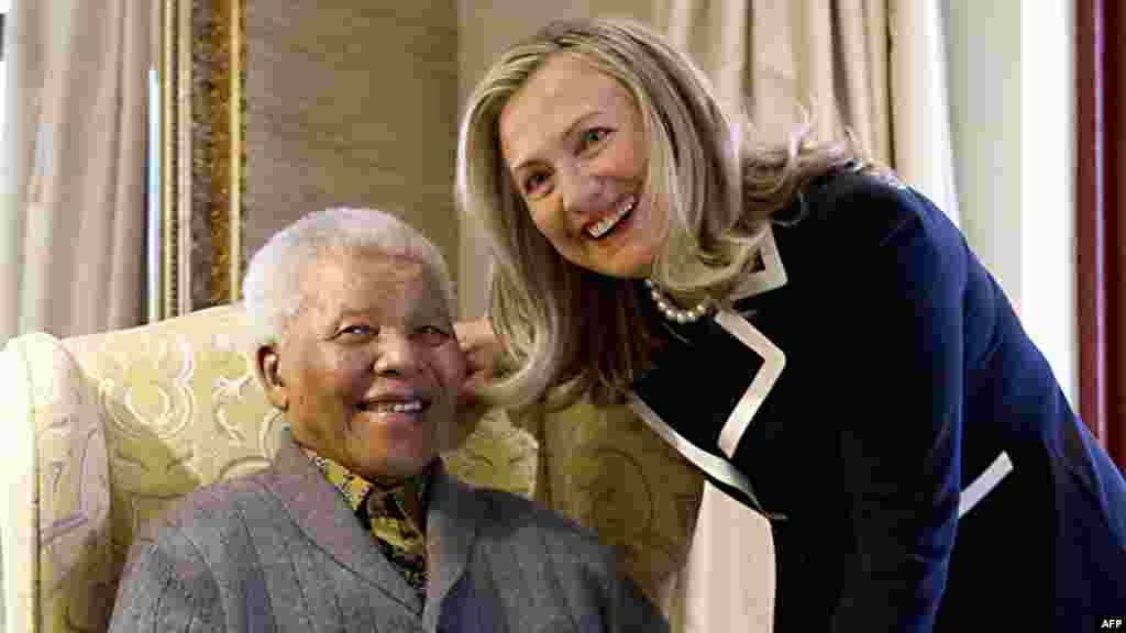 Дзяржаўны сакратар ЗША Гілары Клінтан віншуе Нэльсана Мандэлу з 94-годзьдзем у ягоным доме. Жнівень 2012