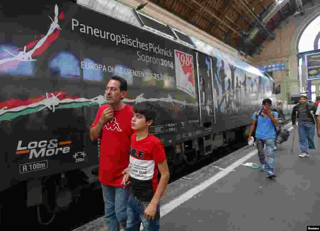 După două zile, poliția s-a retras din Gara centrală de la Budapesta, dînd posibilitatea refugiaților care își cumpăraseră bilete să se urce în trenurile spre Austria și Germania.