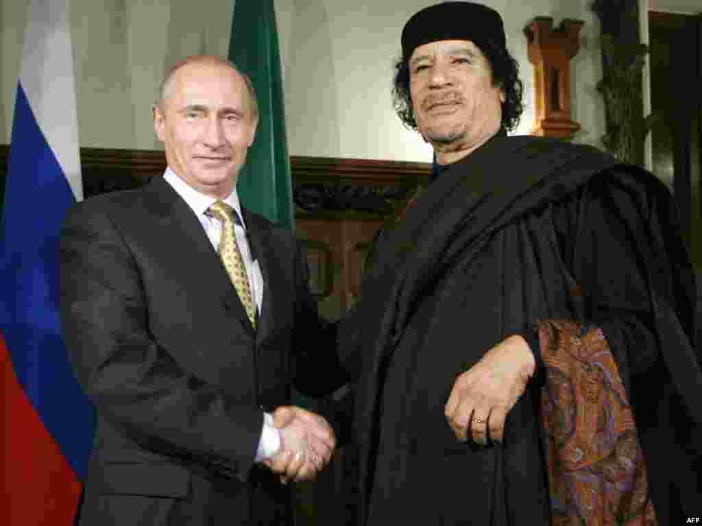 Премьер-министр России Владимир Путин на встрече в Москве с главой Великой Социалистической Народной Ливийской Арабской Джамахирии полковником Муаммаром Каддафи. Ноябрь 2008 года. Через три года, в октябре 2011-го, Каддафи был свергнут повстанцами и убит.
