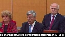 Željko Reiner (u sredini) obraća se zastupnicima Sabora, 28. prosinca 2015.