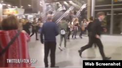 Twitter-де жарияланған, Manchester Arena-дан қашып бара жатқан адамдар видеосының скриншоты.