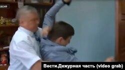 Стоп-кадр с видео драки российского чиновника и журналиста