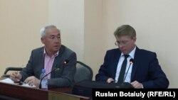 Сейітқазы Матаев (сол жақта) адвокаты Андрей Петровпен бірге сотта отыр. Астана, 23 тамыз 2016 жыл.