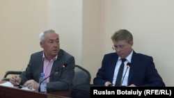 Председатель Союза журналистов Казахстана Сейтказы Матаев и адвокат Андрей Петров в суде. Астана, 23 августа 2016 года.