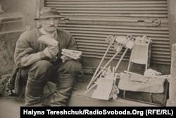 Майстер із Яворова продає забавки у Львові, 1943 рік