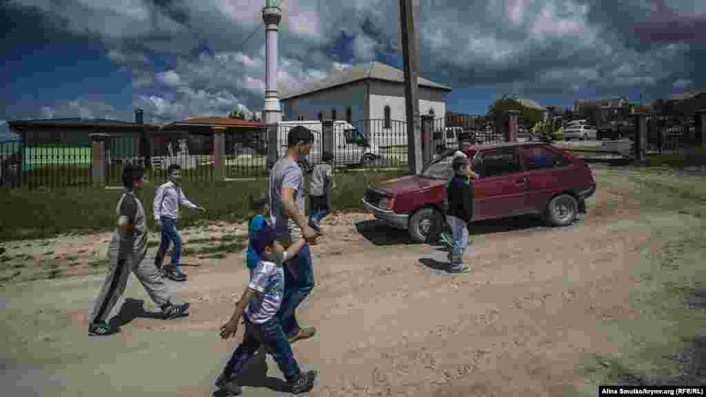 Діти йдуть до місцевої мечеті