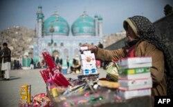 ارشیف، کابل کې یوه مېرمن چې سګرېټ او خوراکي توکي پلوري