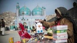 Темекі сатып отырған қартаң әйел. Кабул, 24 қаңтар 2014 жыл.