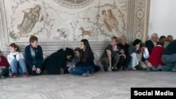 عکسی از گروگانها در موزه ملی باردو، تونس. ۱۸ مارس ۲۰۱۵