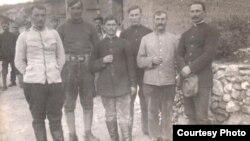 Prizonieri români în lagărul de la Drenovo, Bulgaria,1917 (Foto: Expoziția Marele Război, 1914-1918, Muzeul Național de Istorie a României, http://www.marelerazboi.ro/razboi-catalog-obiecte/item/nicolae-tonitza-convoi-de-prizonieri)