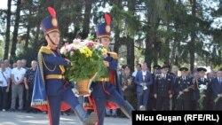 Depuneri de flori la monumentul Maica Îndurerată