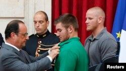 Франсуа Олланд чет өлкөлүк 4 жаранды Франциянын эң жогорку Ардактуу Легион ордени менен сыйлап жаткан учуру. 24-август, 2015-жыл
