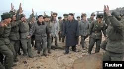 Ким Чен Ын посещает часть, из которой в 2010 году был обстрелян южнокорейский остров, 7 марта 2013 г.