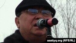 Оралдық жазушы Алпамыс Бектұрғанов Жаңаөзен оқиғасының жүз күндігіне орай өткен қарсылық митингісінде сөз сөйлеп тұр. Орал, 24 наурыз 2012 жыл.
