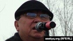 Жазушы Алпамыс Бектұрғанов Жаңаөзен оқиғасының 100 күндігіне орай өткен қарсылық митингісінде сөйлеп тұр. Орал, 24 наурыз 2012 жыл.