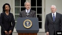 Президент Джордж Буш, за участі міністра оборони Роберта Ґейтса та держсекретаря Конодлізи Райс, оголошує про початок гуманітарної допомоги Грузії. Білий дім, 13 серпня 2008р.