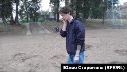 Художник из Красноярска Владислав Гультяев на фоне своей инсталляции