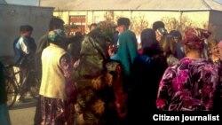 Группа недовольных граждан в Бухаре. Иллюстративное фото.