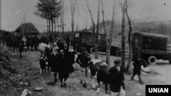 Репродукція фотографії, на якій зображено виселення поляками українського населення під час операції «Вісла», що зберігається в архіві СБУ