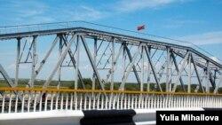 Drapelul transnistrean pe podul de peste Nistru, la Tighina