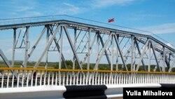 Drapelul transnistrean pe podul de peste Nistru, la Bender
