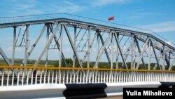 Drapelul transnistrean pe podul peste Nistru de la Bender