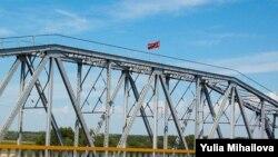 Podul peste Nistru cu steagul Transnistriei