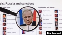 Фото Владимира Путина на фоне списка через увеличительное стекло на сайте BBC News. Москва, 31 января 2015 года.