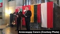 Польскі консул Мацей Клос (справа) зачытвае зварот амбасадара ў Залятурне. Фота Аляксандра Сапегі
