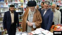 رهبر جمهوری اسلامی در نمایشگاه کتاب تهران، دوشنبه، ۹ اردیبهشت