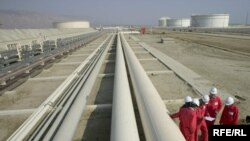 صنعت نفت ايران تشنه سرمايه و تکنولوژی است که بخش بزرگی از آن را تنها غول های نفتی غرب می توانند تامين کنند.
