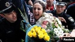 Крымско-татарская певица Сусанна Джамаладинова во время встречи в аэропорту Борисполь в Киеве 15 мая 2016 года
