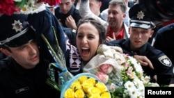 Jamala (Susana Jamaladinova), primită cu flori la sosirea în Ucraina