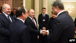 Vladimir Putin Petro Poroshenko-nun əlini sıxır - 11 fevral 2015