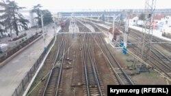 Ukraina Qırım trenlerini lâğu etken soñ Aqmescit vokzalı boş oldı. 2015 senesi yanvar 19 künü