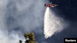 Pamje nga përpjekjet për fikjen e zjarrit me helikopter në një mal në Kaliforni