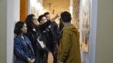 В музей Алматы на «Ночь музеев» корреспондент Азаттыка попал под занавес мероприятия. Но даже в первом часу ночи по залам ходили группы посетителей. Алматы, 17 мая 2019 года.