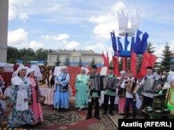 Кунакларны татар ишегалды каршылый