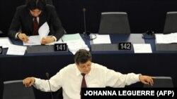 ژرار دوپره، رئیس گروه دوستان ایران آزاد در پارلمان اروپا، از امضاکنندگان این بیانیه بوده است