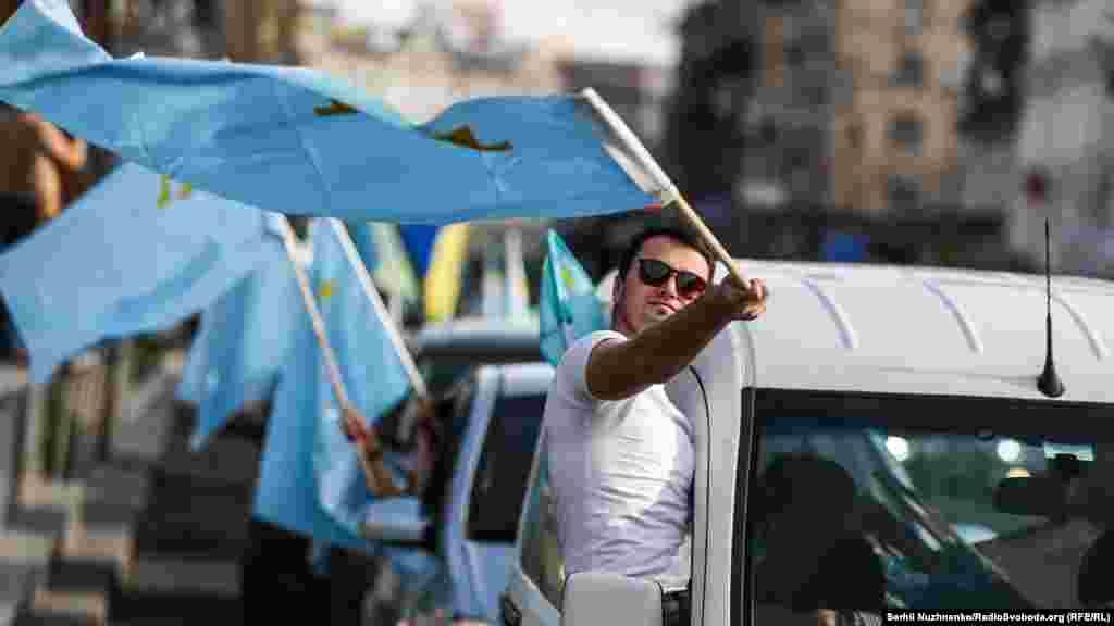 В этот день также прошел автопробег с крымско-татарскими флагами.