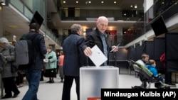 Un votant din Vilnius care-și exprimă opțiunea. Lituania este una dintre cele șase state UE care au interzis publicitatea politică online