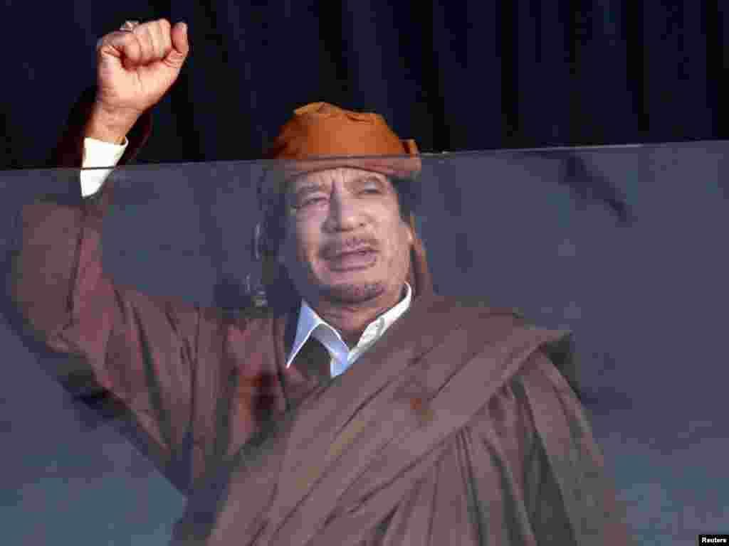 Libija - Muammar Gaddafi pozdravlja svoje pristalice u Tripoliju, 13.02.2011. Foto: Reuters / Ismail Zitouny
