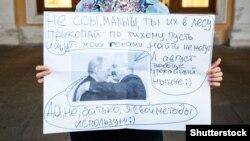 Protest individual, în sprijinul oponentului rus Alexei Navalnîi, Sankt Petersburg, 21 august 2020.