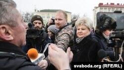 Яўген Меркіс (зь мікрафонам) падчас рэпартажу ў Рагачове