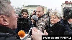 Яўген Меркіс (зь мікрафонам) падчас акцыі 11 сакавіка ў Пінску