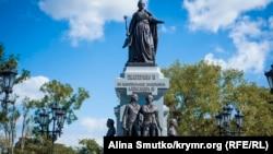 Памятник Екатерине II в Симферополе, у основания – скульптуры Григория Потемкина и Василия Долгорукого