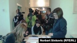 Голосует председатель парламента Сербии Майя Гойкович